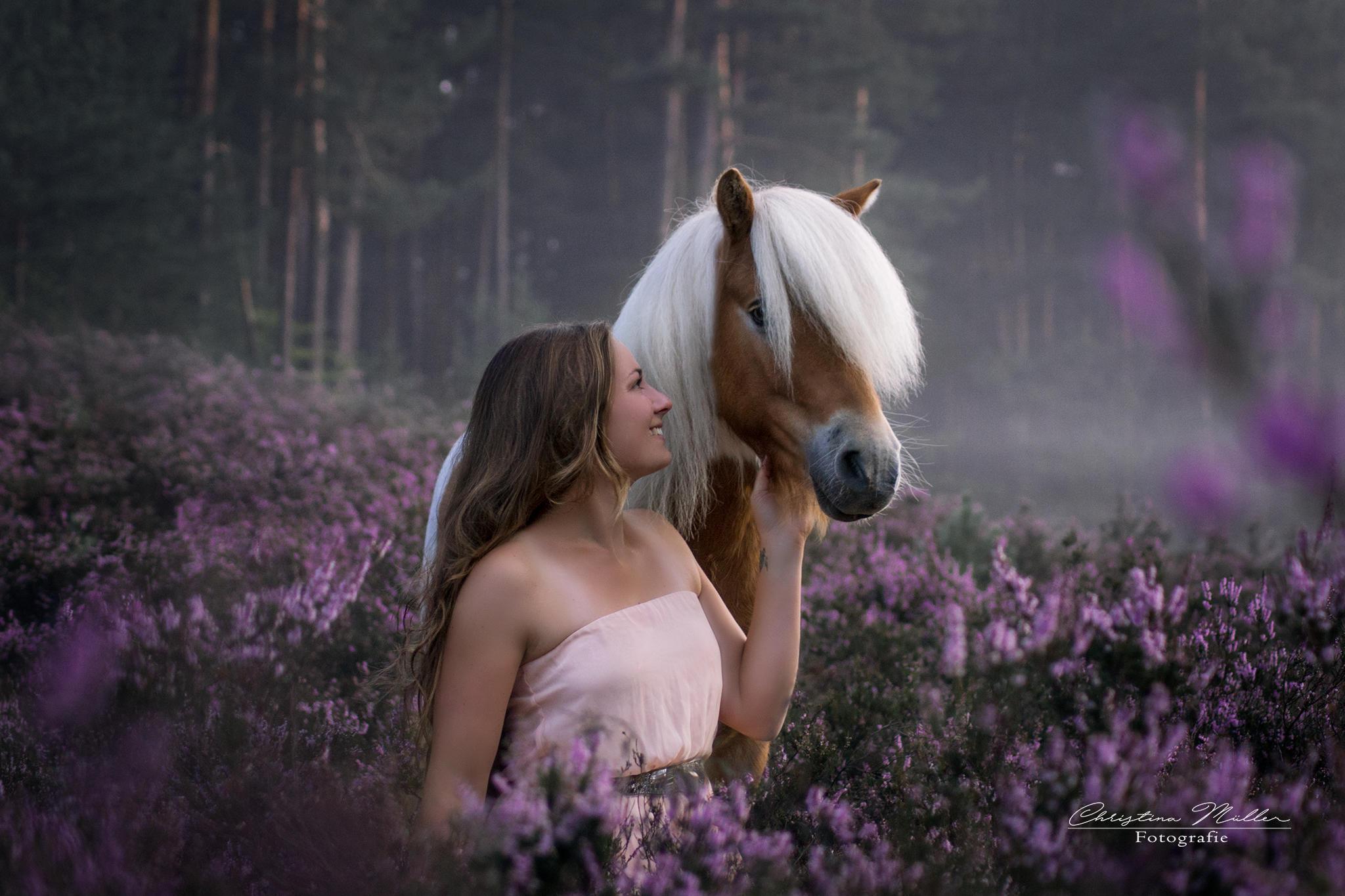 Frau mit Pferd auf idyllischer Wiese